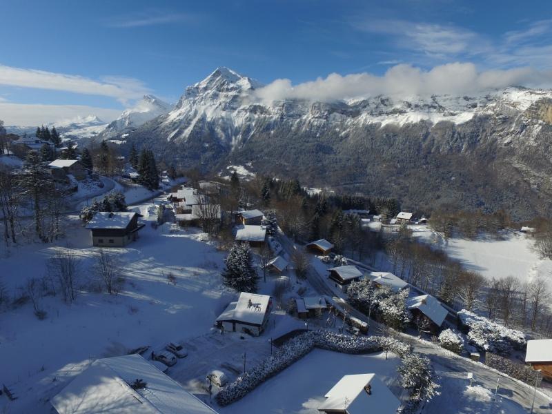 Vue sur la chaîne des Aravis depuis les Carroz Haute-Savoie